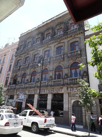 Hotel La Casa de la Luna: Front of the hotel