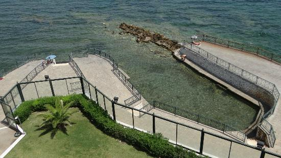 Aquamarina Hotel: The beach below