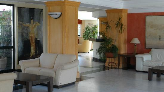 Aquamarina Hotel: The lobby and sitting area