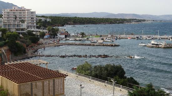 Aquamarina Hotel: View from our room of the Nautical club and bay