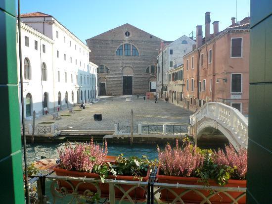 Al Bailo di Venezia: Vue depuis le balcon - vis à vis !