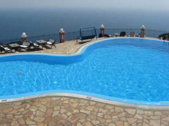 Sea Breeze Family Beach Hotel: golden fox pool at paleokastritsa
