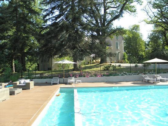 Le Castelet : View of the B&B from the pool area