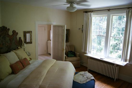At Cumberland Falls Bed and Breakfast Inn: Natural Mystic Room