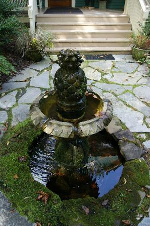 At Cumberland Falls Bed and Breakfast Inn: Fountain in the front lawn