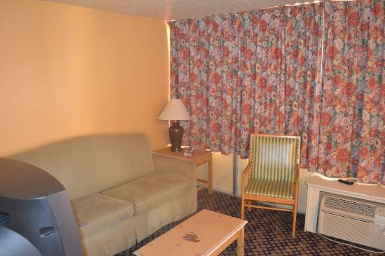 Celebration Suites: Lounge area - TV and air conditioning unit in here