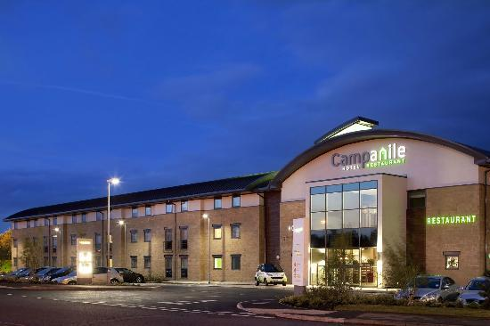 Hotel Campanile Northampton: Hotel Exterior lit in the night