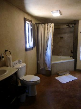 Country Inn & Cottages: Bath with Jacuzzi