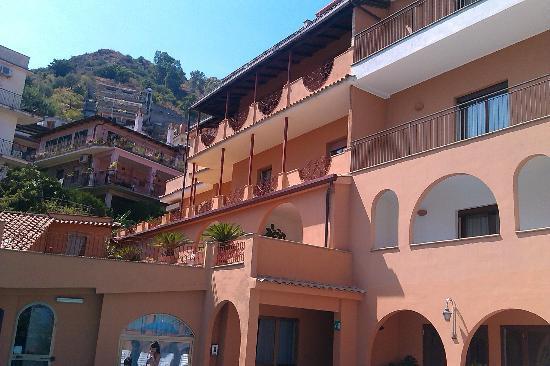 Andromaco Palace Hotel: una vista dell'hotel dalla piscina!!!