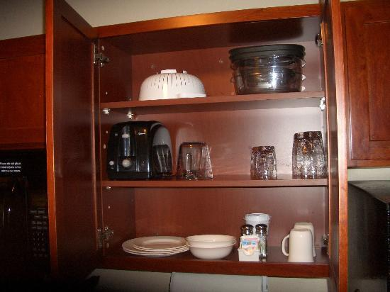 Candlewood Suites Cheyenne : a well-stocked kitchenette