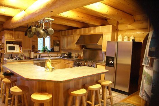 Bob's Cabin & Guide Service: Kathy's Kitchen