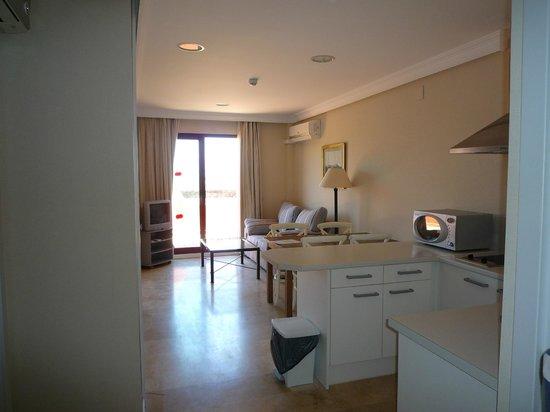 Apartamentos Manilva Green: Entrée, cuisine, salon