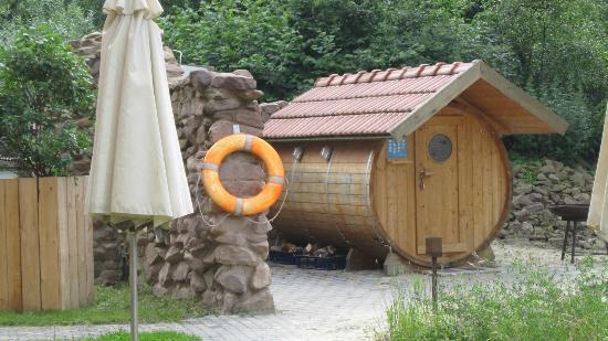 Hof Beverland: Fass Sauna mit Schwimmteich