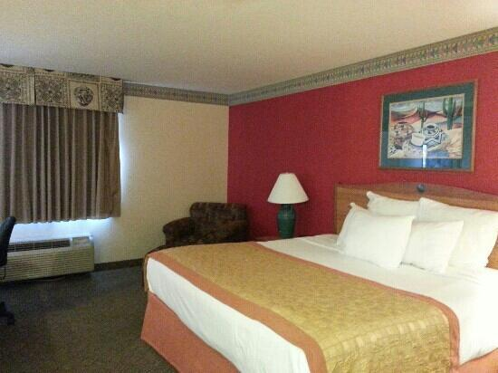 Hawthorn Suites by Wyndham Albuquerque: king bed!!!! super nice!