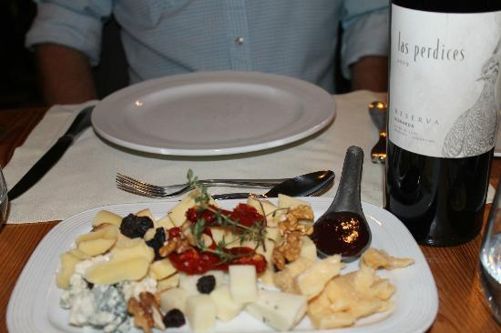 Dantesco Restaurante: Cheese plate and wine