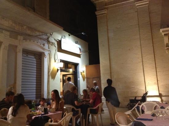 Trattoria Pizzeria Dante: tavoli in piazzetta