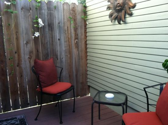 Hillcrest House Bed & Breakfast: cute patio