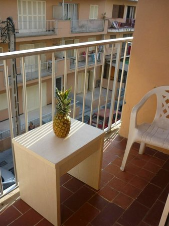 Hotel Teide: Cute balcony, we brought this little table from the room