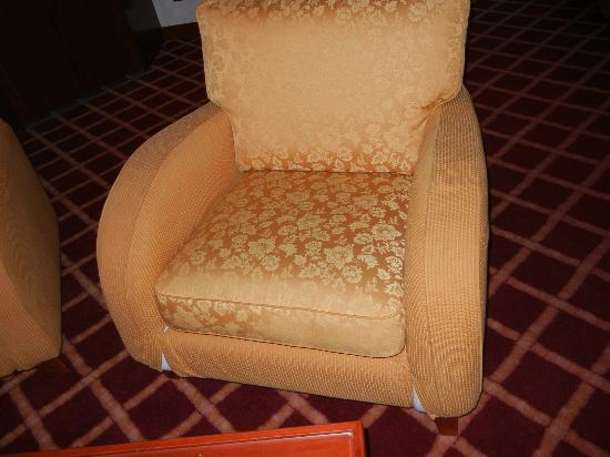NH Roma Villa Carpegna: Furniture in Superior Suite with Stuffing Coming out of it