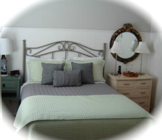 Mahone Bay Bed and Breakfast: Schooner room with ensuite and 3 model ships