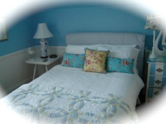 Mahone Bay Bed and Breakfast: Nantucket room - blue and white living with queen bed