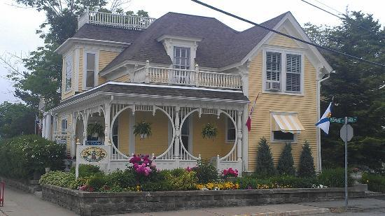 Mahone Bay Bed and Breakfast: June flowers