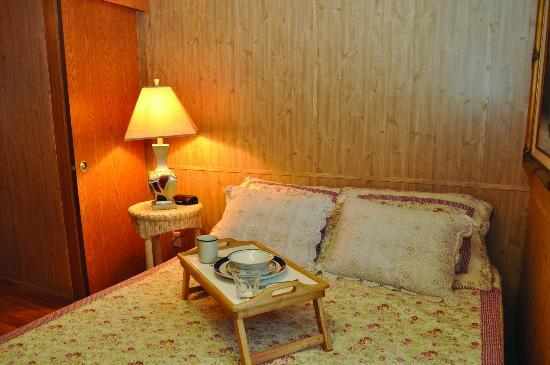 Holly Shores Camping Resort: premium cabin bedroom