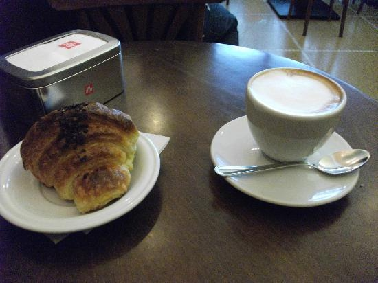 Pasticceria Venier: chocolate crousant and cappicino