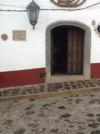 Hostal Casona de Manzano: View from the front - not a hostel at all, more like an inn