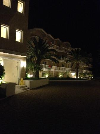 BEST WESTERN Galaxy Hotel: hotel`s yard by night