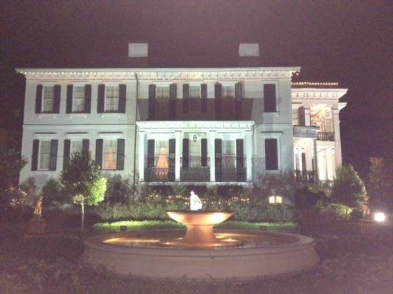 Nottoway Plantation Resort: Side Courtyard View