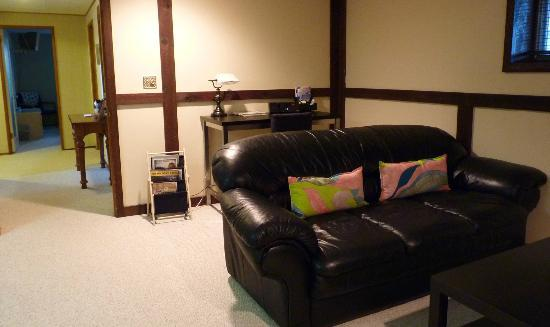 Whistlers Guest House: Desk with iPod dock and free wifi, leather sofa in living room
