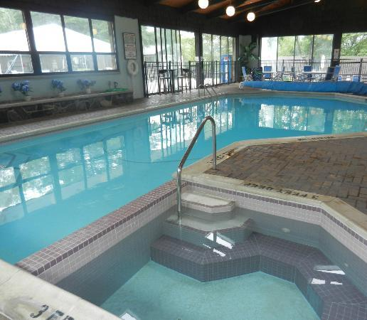 Dunham's Bay Resort: Pool and hot tub