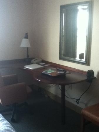 Hampton Inn & Suites Plymouth: large table