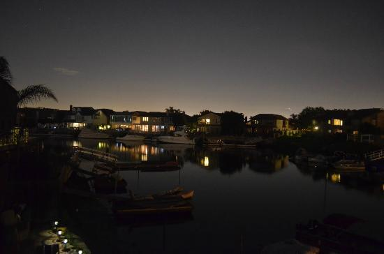 Best Western Harbour Inn & Suites: Even better night view from our room's balcony