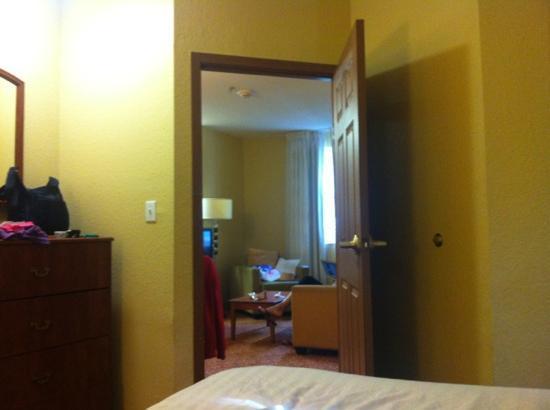 TownePlace Suites Miami Lakes: vista da cama de um dos quartos para a sala
