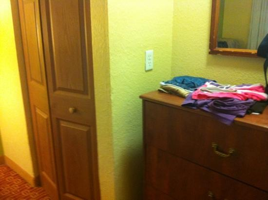 TownePlace Suites Miami Lakes: cômoda e armário em cada quarto