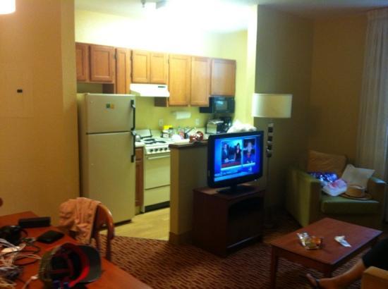 TownePlace Suites Miami Lakes: bom espaço para sala e cozinha - mas tudo cheira mofo