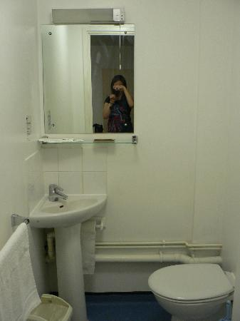 LSE Grosvenor House Studios: bathroom