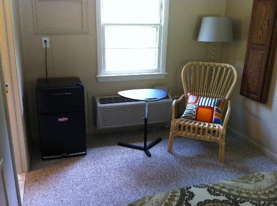 Briarcliff Motel: Sitting area (w/fridge) in room 17
