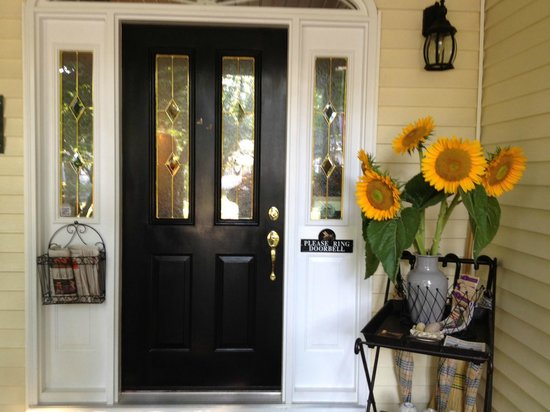 Two Bees Bed & Breakfast: Welcoming Front Door. Such charm!