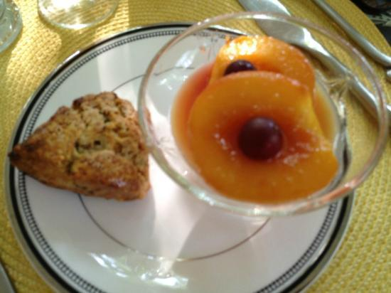 Two Bees Bed & Breakfast: Homemade scone and baked fresh peaches. Heavenly!