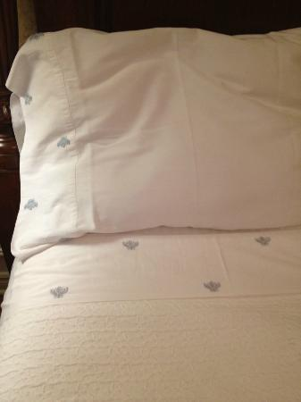 ‪‪Two Bees Bed & Breakfast‬: Embroidered Sheets & Pillow Cases‬