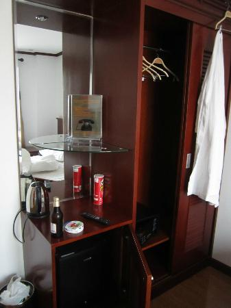 May de Ville Old Quarter Hotel: Locker and room furniture