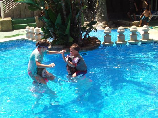 Apartamentos El Faro: Having great fun in the pool