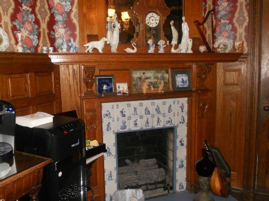 Captain Mey's Bed and Breakfast: Lovely fireplace & mantel in dining room