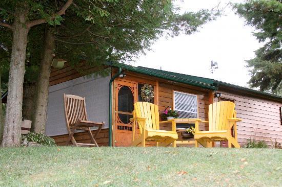 Howe Island B&B: Cottage Exterior