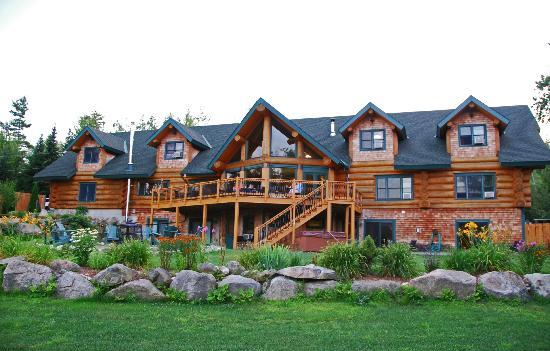 Bear Mountain Lodge: Back of the lodge that overlooks the White Mountains