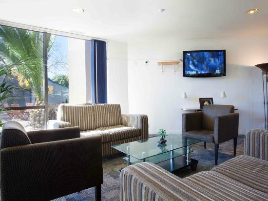Auckland Airport Kiwi Hotel: Modern Lounge