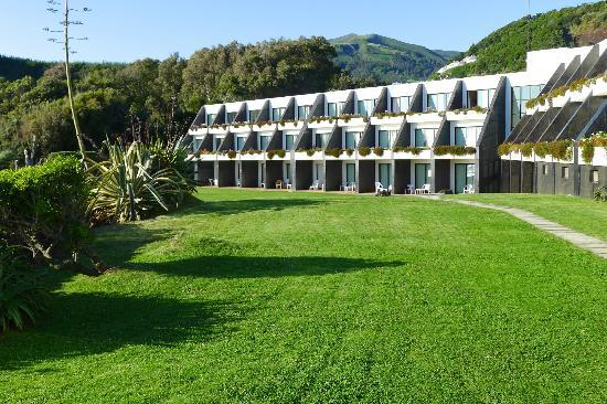 Caloura Hotel Resort: Looking back toward our wing of the building from closer to the area where the pool is.